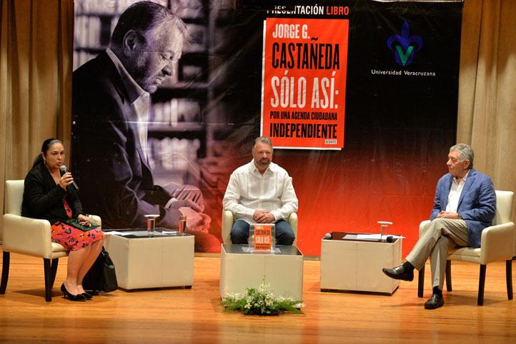 La rectora, Sara Ladrón de Guevara, y el ex rector Víctor Arredondo, comentaron la obra