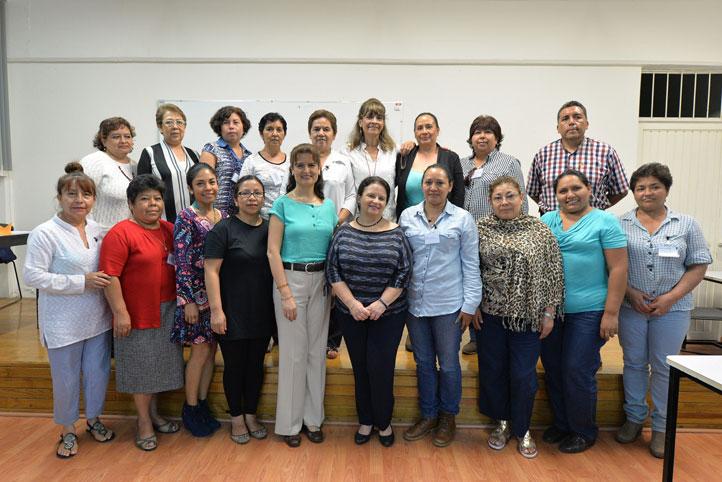 Ivonne Cisneros Luján y personal capacitado en materia de atención y servicio de calidad a usuarios