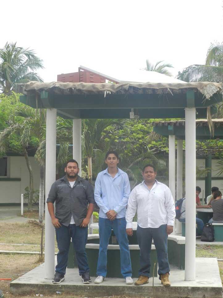 Alumnos que desarrollaron kiosco fotovoltaico