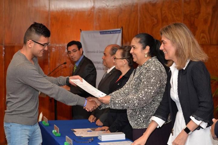 Autoridades universitarias y de Banamex entregaron reconocimiento a los jóvenes becarios