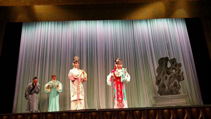 Escenas de la obra La historia de Hongniang