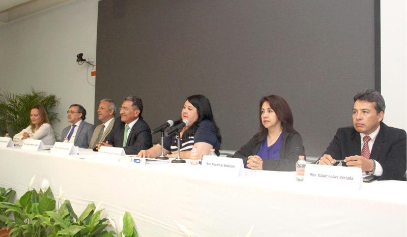 Clementina Guerrero García, secretaria de Administración y Finanzas, acompañada de autoridades universitarias