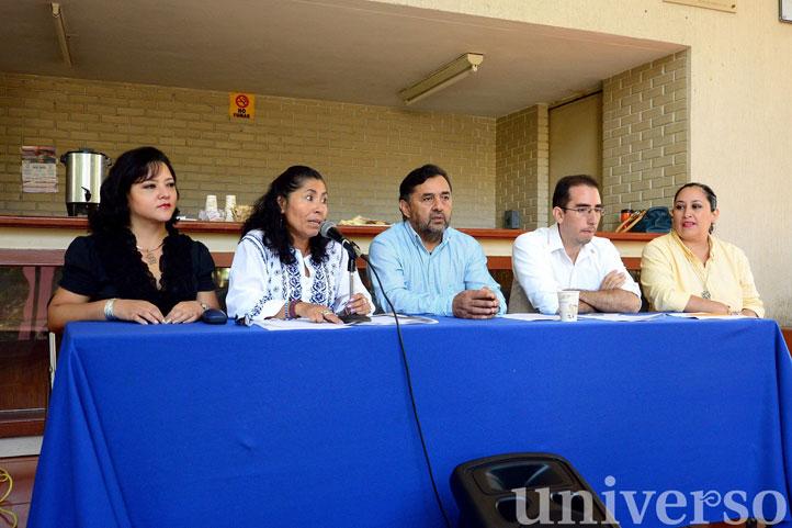 Yolanda González, directora de la Facultad, con el comité organizador del encuentro