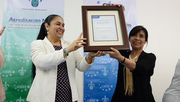 Sara Ladrón de Guevara entregó el reconocimiento de CIEES a Sandra Luz González
