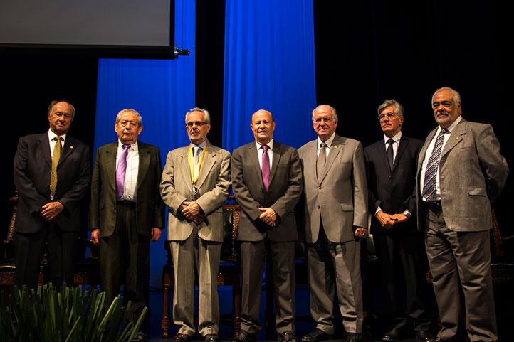 Ribes Iñesta (centro) acompañado por el Rector de la UASLP e integrantes del Jurado de Honor