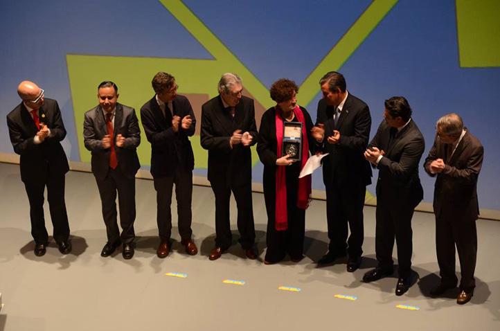 Autoridades y comité organizador entrega a Margo Glantz Presea Cervantina 2016