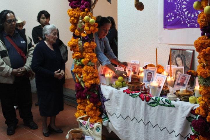 Familiares y amigos del actor Hosmé Israel Martínez Meza colocaron veladora en su memoria