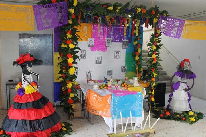 Altar dedicado a los maestros fallecidos en la Facultad de Trabajo Social