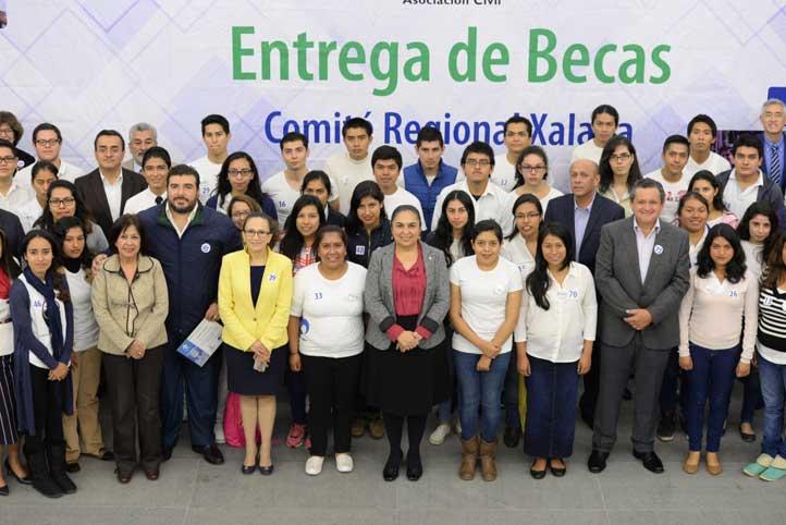 Autoridades universitarias, padrinos y madrinas, junto a los estudiantes beneficiados por el programa de becas