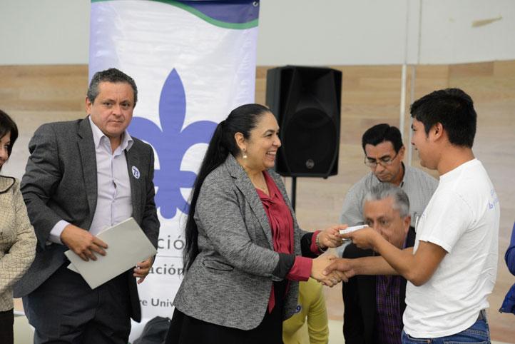 La UV entregó 85 becas para apoyar a estudiantes de 28 programas educativos de la región Xalapa