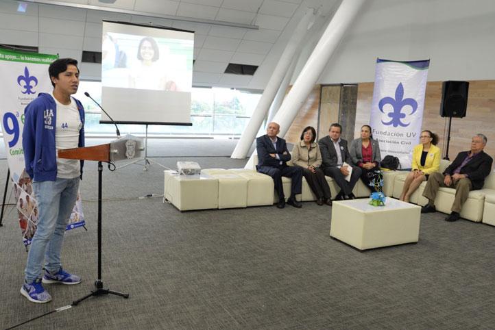 Julio César Flores, estudiante de la Licenciatura en Administración de Empresas, habló a nombre de todos los beneficiarios