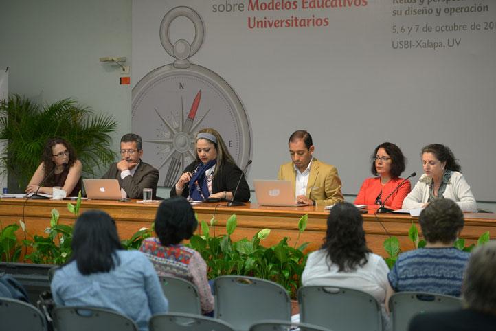 Los relatores de las cuatro mesas integraron la sesión plenaria final del coloquio