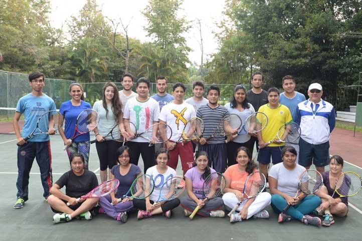 Grupo de alumnos de la UV que acuden a los cursos de tenis del AFEL