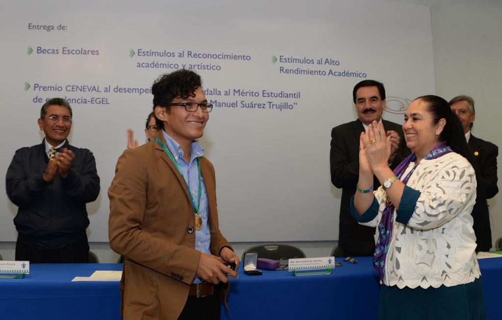 La rectora Sara Ladrón de Guevara entregó el reconocimiento al egresado de la Facico
