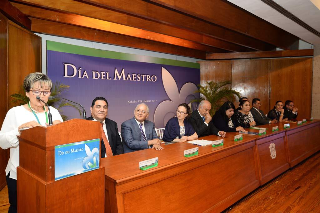 María Esther Barradas Alarcón discursó en nombre de los decanos