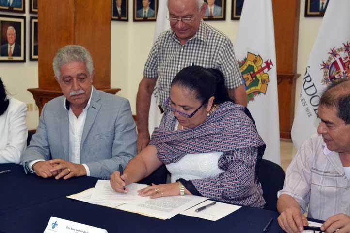La Rectora Sara Ladrón de Guevara durante la firma, al lado del alcalde Tomás Ríos Bernal
