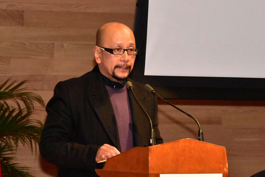 El académico de la Facultad de Idiomas, Víctor Hugo Vázquez Rentería, leyó la semblanza del condecorado