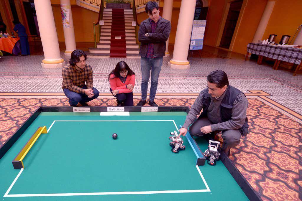 El maestro Julio César Sandria presentó a los robots