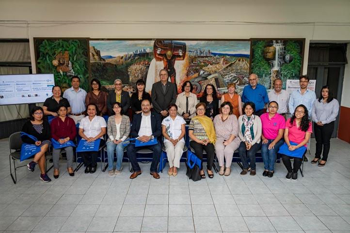 Autoridades y académicos de la UV con los académicos de la Universidad de Québec que impartirán los cursos