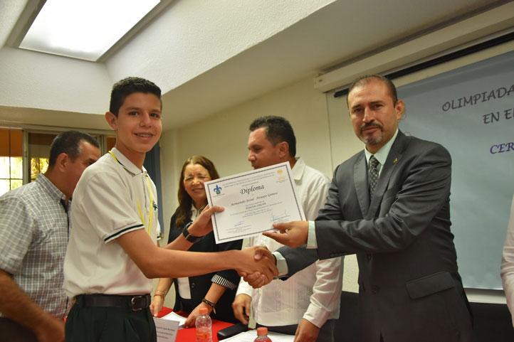 Isidro Vicencio Delgadillo, representante del Área Académica Técnica, durante la premiación
