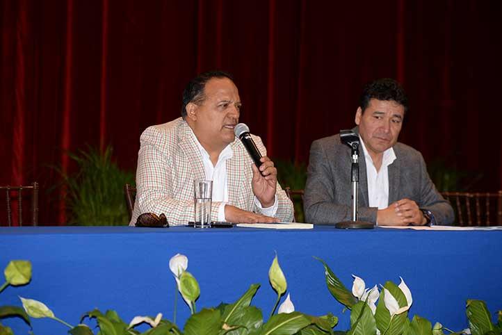 Tirso Javier Hernández y Arturo Sánchez en la presentación del libro Contratación y capacitación