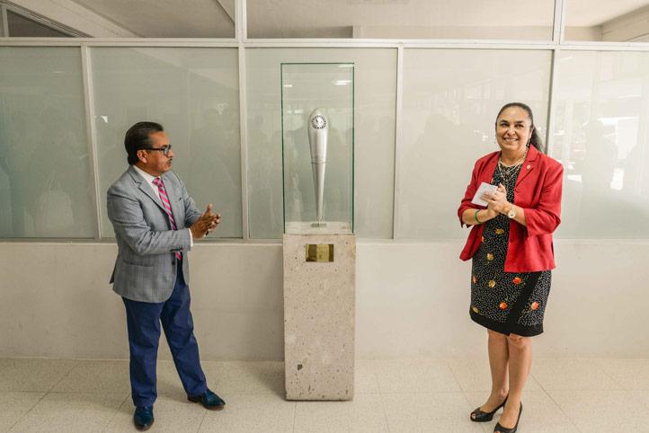 """En el vestíbulo del Gimnasio Universitario """"Miguel Ángel Ríos Torres, también develaron la antorcha de los JJC 2014"""