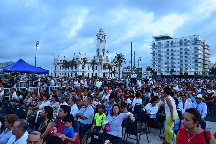 El público disfrutó de los grupos artísticos y ensambles culturales de la UV