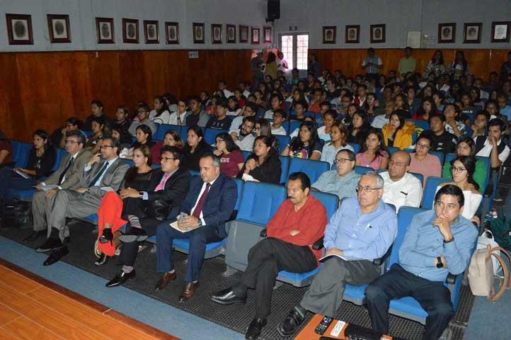 Estudiantes y académicos abarrotaron el aula magna de la Facultad de Derecho