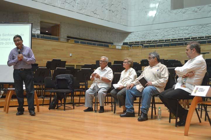 Enrique Salmerón moderó el conversatorio sobre el nonagésimo aniversario de la OSX