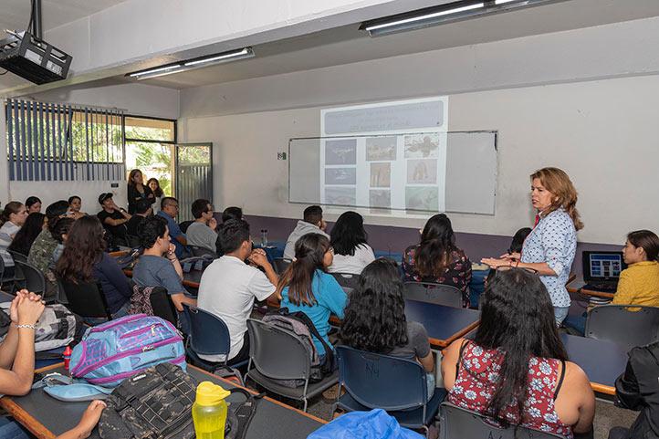 Blanca Elizabeth Cortina Julio dictó una plática sobre el manatí a estudiantes de Biología