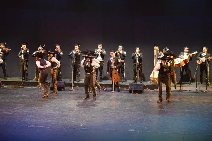 También se presentó el Mariachi Universitario, acompañado por bailarines