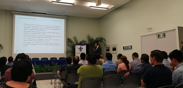 Martín Augusto Pérez, director de la Facultad de Ingeniería en Ixtaczoquitlán, rindiendo su informe en la USBI