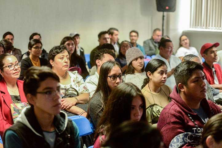 Aspecto de la charla en la sala de usos múltiples del CIX