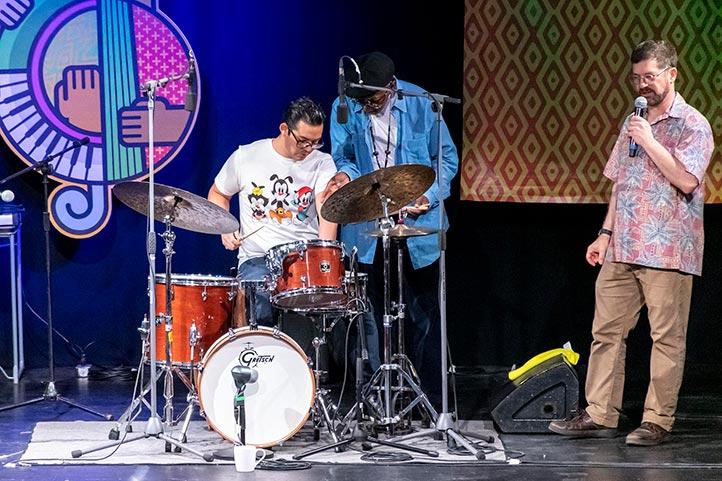 """Un alumno del Jazzuv subió al escenario a demostrar los ejercicios que expuso """"Tootie"""" Heath"""