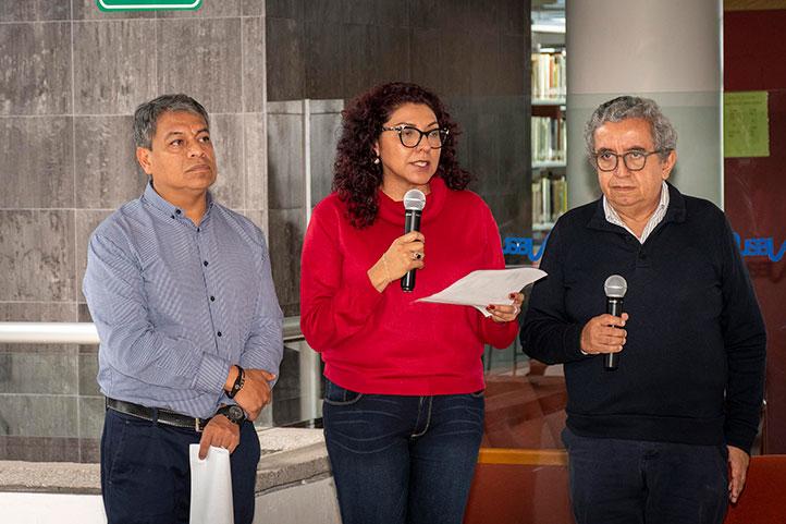 María Salazar, directora general de Bibliotecas, dio la bienvenida a la Editorial UV y sus integrantes