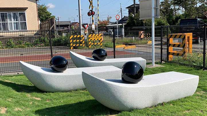 Los materiales empleados son característicos de ambas naciones: obsidiana y granito