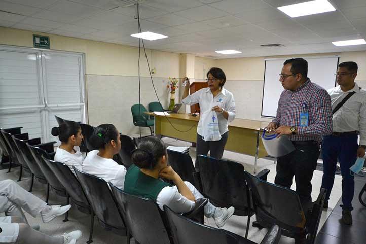 La directora de la Facultad de Enfermería muestra el contenido del kit