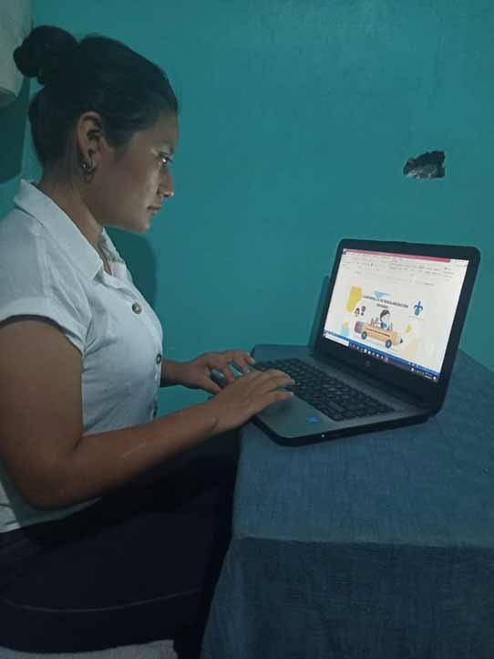 Gabriela Ortiz Cruz, alumna de Pedagogía, trabajó en la elaboración de tres guías informativas