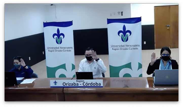 Autoridades universitarias regionales encabezando la sesión del CUR