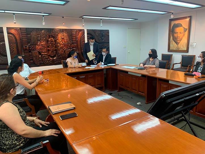 La sesión de trabajo se realizó en la Sala de Juntas de la Rectoría universitaria