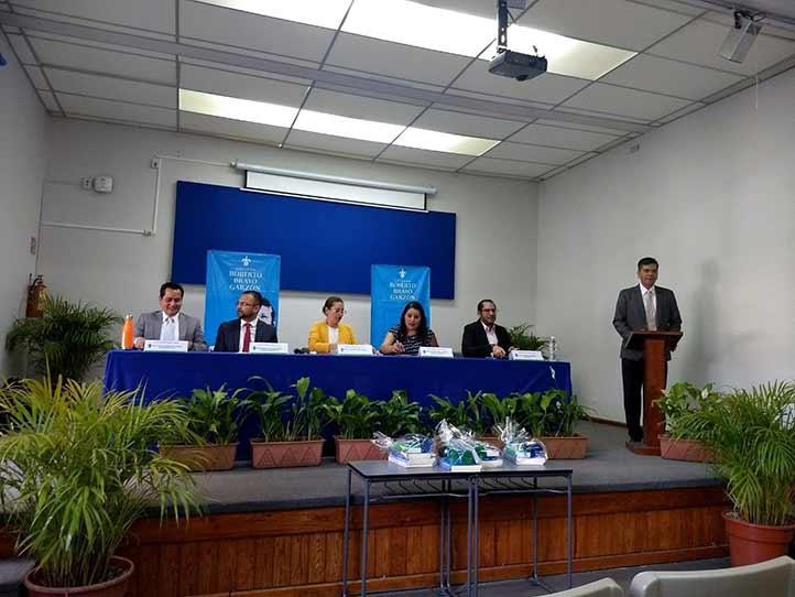 César Vega, Édgar Juan Saucedo y la doctorante Iris Ariadna Landa, durante su participación en un foro organizado en la Facultad de Economía