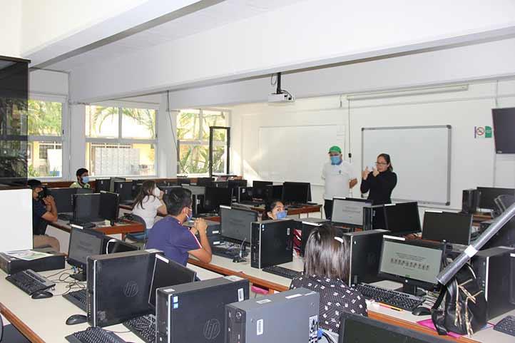 En el aula multimodal de la FCA, aspirantes con discapacidad auditiva presentaron el examen de ingreso a la UV