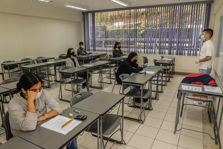 En la FCAS fueron ubicados alrededor de nueve estudiantes por aula, máximo, para responder la evaluación