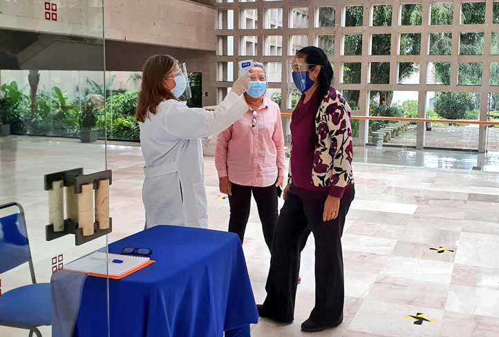 La rectora Sara Ladrón de Guevara constató el establecimiento del filtro sanitario, entre otras medidas(Foto: Twitterde@SaraLdeG)