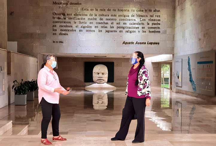 Maura Ordóñez, directora del MAX, con la rectora Sara Ladrón de Guevara(Foto: Twitterde@SaraLdeG)