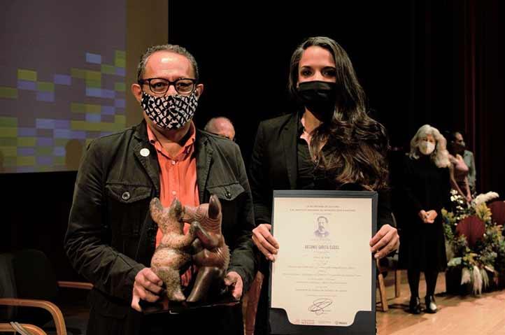 El editor Alberto Tovalín Ahumada en la ceremonia de premiación (Foto: Coordinación General de Desarrollo Social del estado de Jalisco)