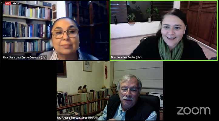 Sara Ladrón de Guevara, Lourdes Budar (moderadora) y Arturo Pascual
