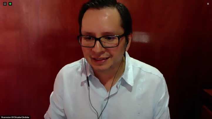 José Eduardo Martínez Canales, vicerrector de la región Orizaba-Córdoba, fue el presentador del ponente