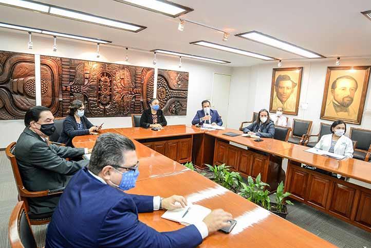 LarectoraSara Ladrón de Guevaraatendió a la exposición de los nuevos programas para beneficio de los trabajadores y sus familias