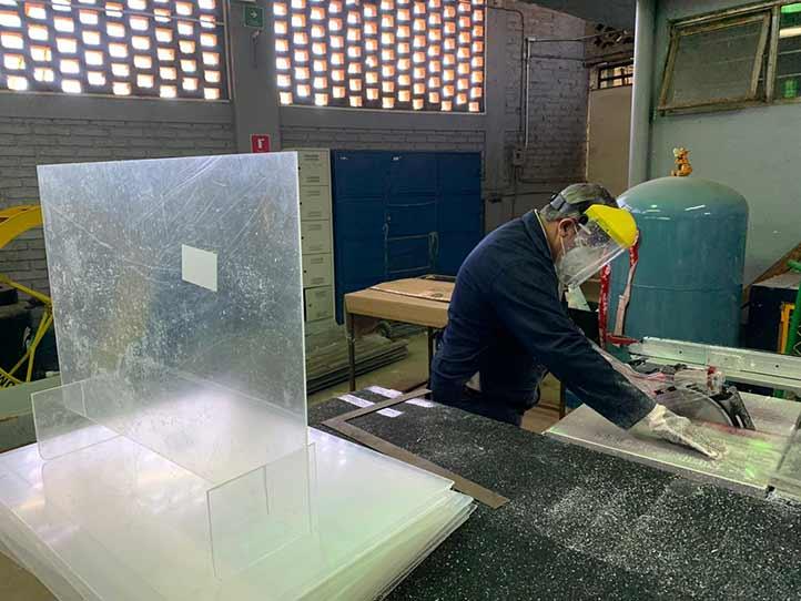 La FIME Xalapa, en coordinación con la Dirección de Recursos Materiales, manufacturan mamparas de acrílico para escritorio
